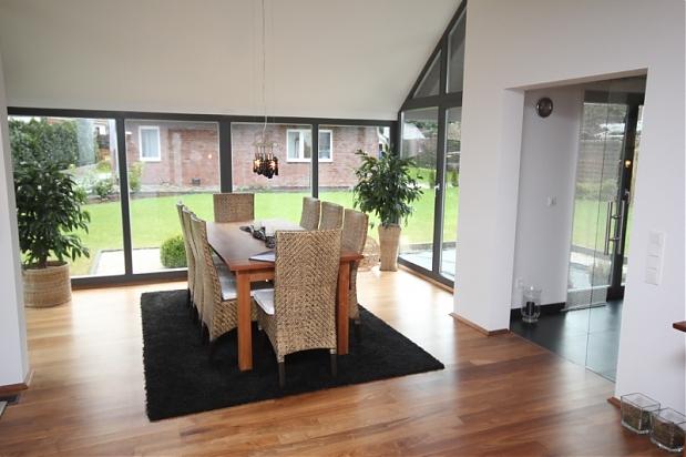 wohnen mit stil neuwertiges niedrigenergiehaus in guter nachbarschaft. Black Bedroom Furniture Sets. Home Design Ideas